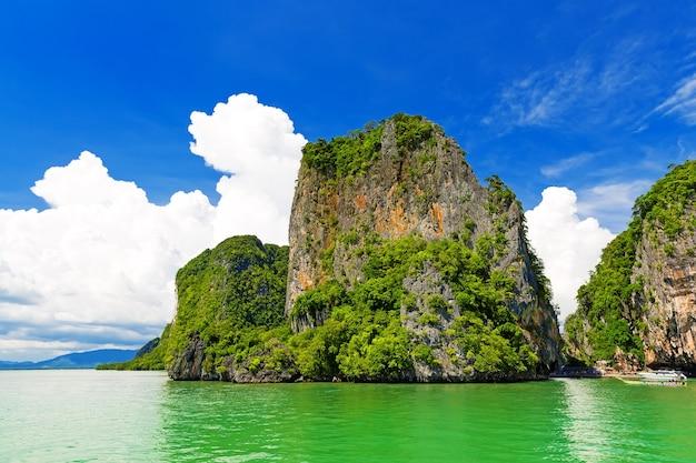 Скалистый тропический пейзаж в заливе панг нга, таиланд