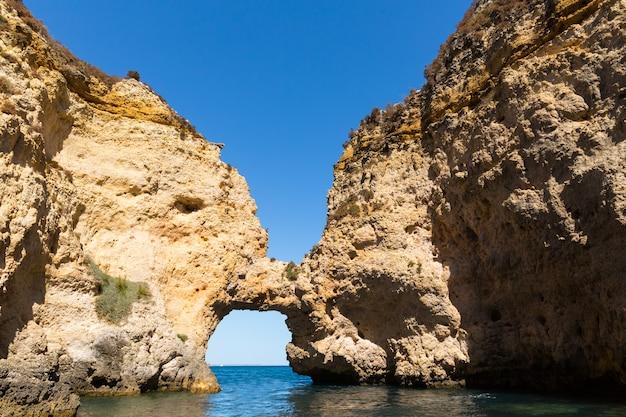 Скалистый туннель в море