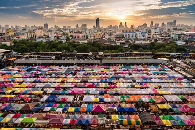 Ночной рынок rod fai в бангкоке