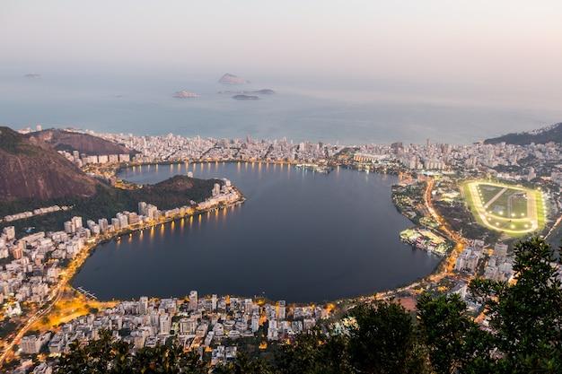 브라질 리우데자네이루의 코르코바도 언덕 꼭대기에서 본 로드리고 데 프레이타스 석호.