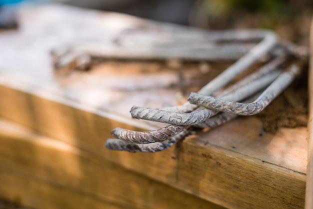 Пруты для строительства над деревянным столом