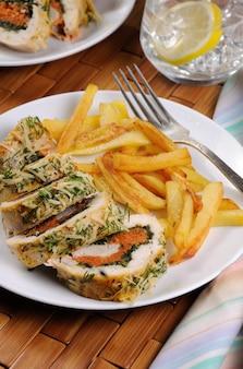 파마산 치즈 크러스트 아래에 시금치와 당근을 곁들인 닭 가슴살 롤