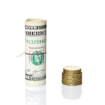 유로 동전 옆에 미국 달러 롤
