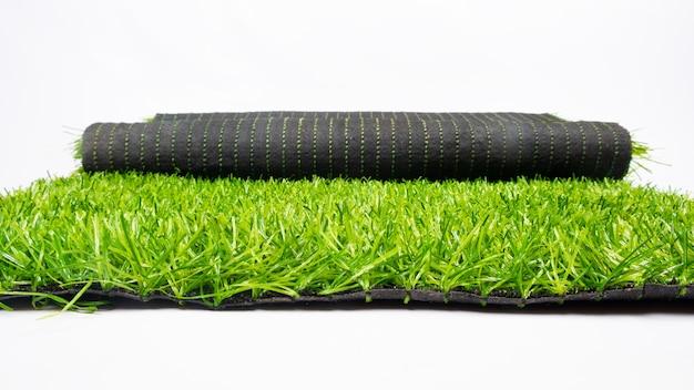 흰색 배경, 잔디에 고립 된 인공 녹색 잔디의 롤.