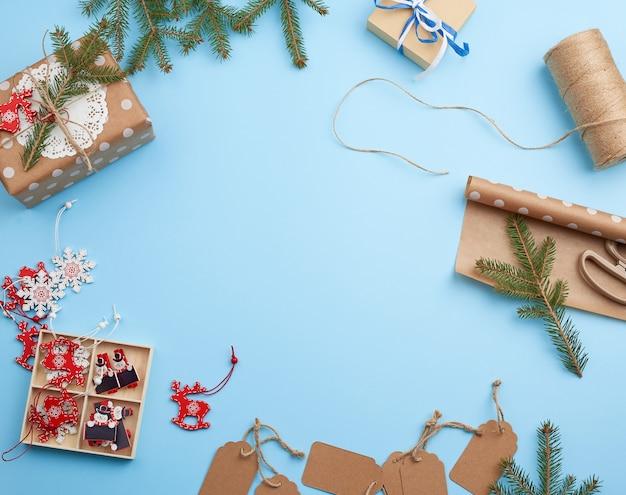 茶色の包装紙、装飾、小ぎれいなな枝、クリスマスのおもちゃ、ギフト付きの箱のロール