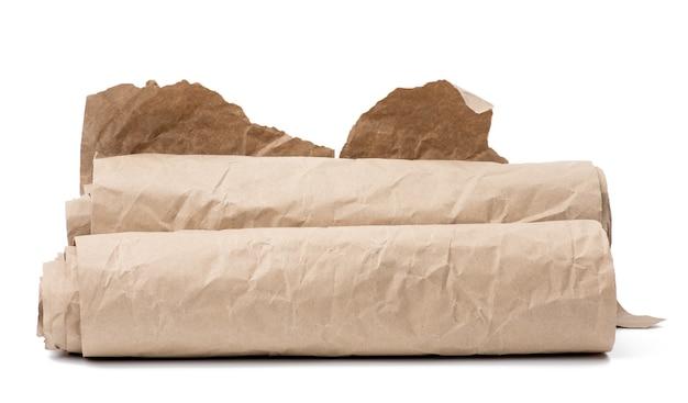 Рулон коричневой оберточной бумаги, изолированные на белом фоне, стек