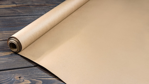 Рулон крафт-бумаги на деревянном столе.