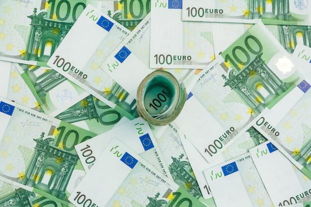 ユーロ紙幣のロール、100ユーロの多くの紙幣、欧州通貨。