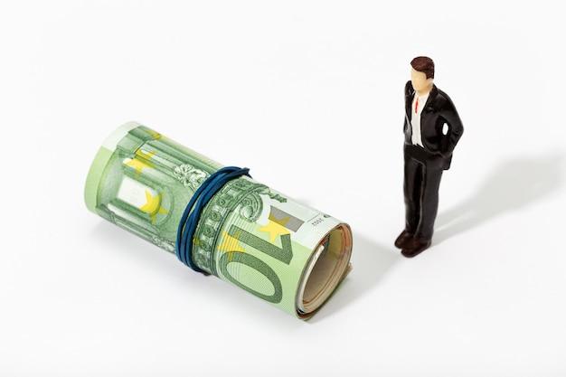 Рулон евро счета с резинкой, изолированных на белом фоне. концепция денег