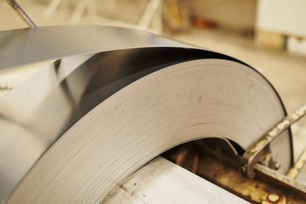 亜鉛めっき鋼板のロール。