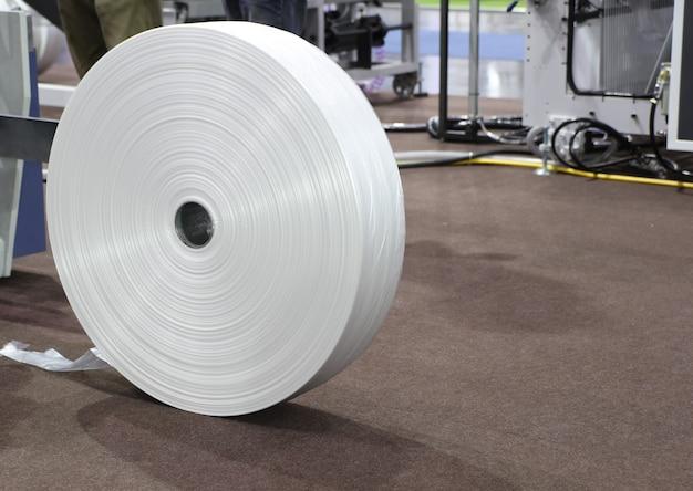 Рулон промышленного пластика в качестве материала для полиэтиленового пакета