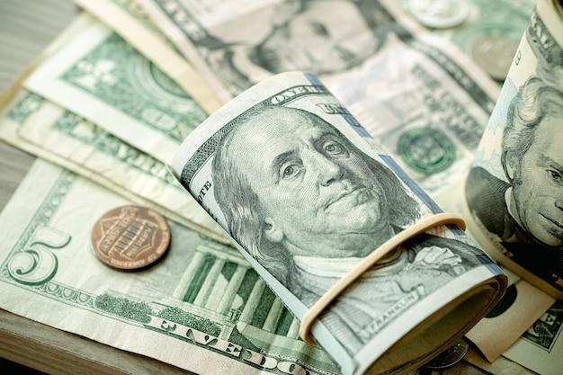 Рулон долларовых купюр на столе крупным планом фото