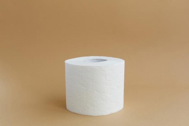 Рулон белой туалетной бумаги на коричневом фоне