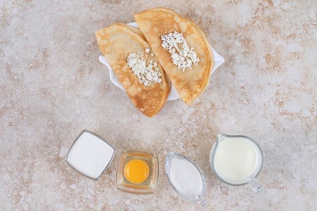 코티지 치즈와 우유로 팬케이크 롤