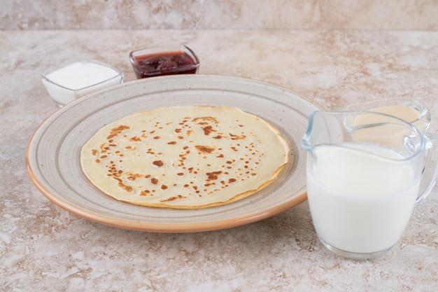 코티지 치즈와 딸기 잼을 곁들인 롤 팬케이크