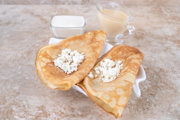Arrotolare le frittelle con ricotta e latte