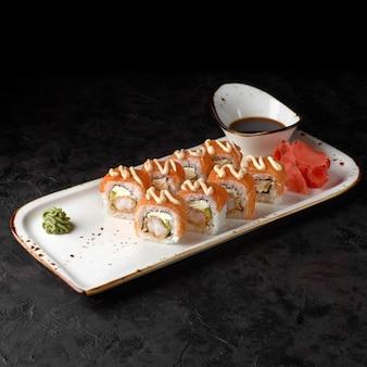 Ролл суши бонито - с сыром, огурцом, малосольным лососем и хлопьями тунца.