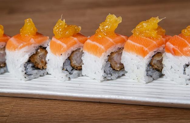 サーモンとエビの衣で寿司を巻く。寿司メニュー。日本食