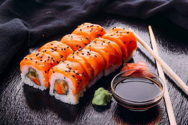 サーモン、エビ、アボカド、クリームチーズと一緒に巻き寿司。寿司メニュー。日本食。
