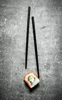 Ролл с лососем и овощами.