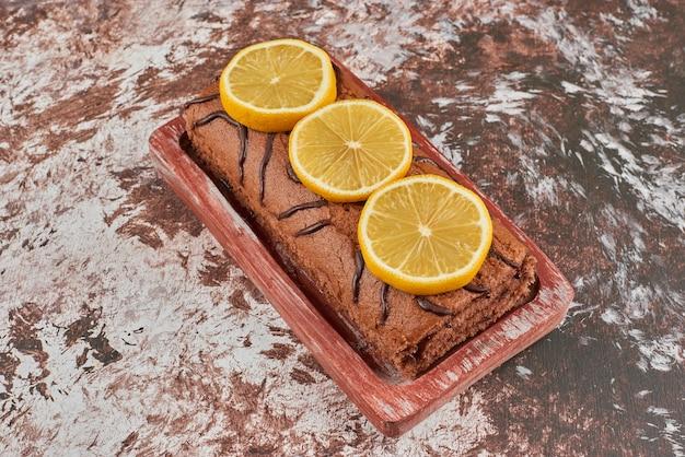 木の板にロールケーキ。