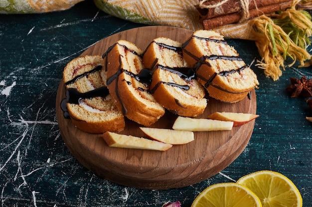 木の板にロールケーキのスライス。
