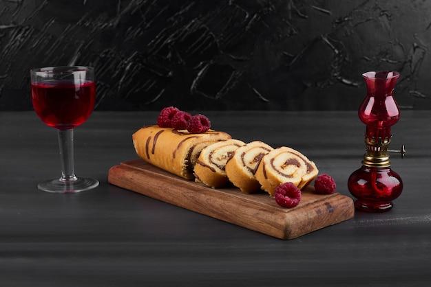 グラスワインとロールケーキ。