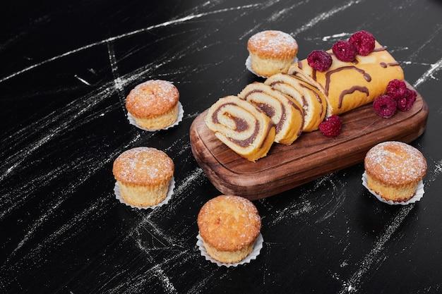 머핀 플래터에 딸기와 롤 케이크.