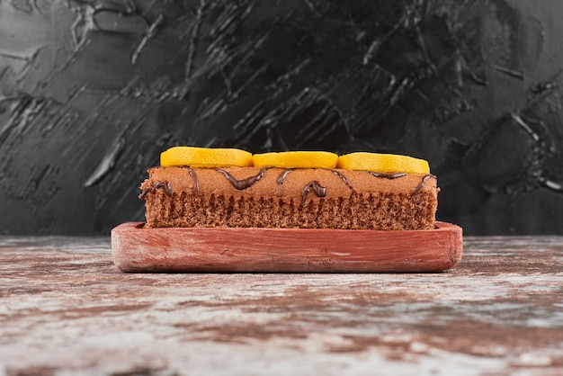木の板にレモンとロールケーキ。