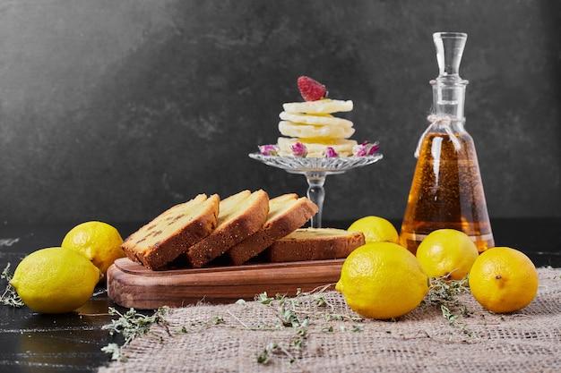Rollcake con limoni su un piatto da portata