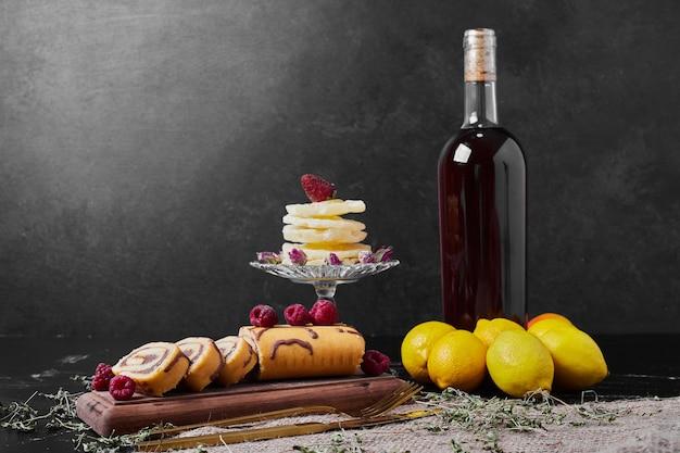 飲み物と大皿にラズベリーとロールケーキ。