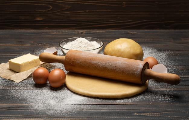 Рулет и песочное тесто из песочного теста на деревянном фоне