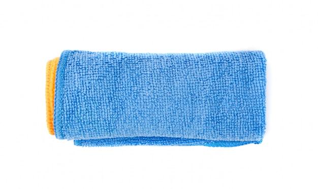 白い背景に分離された青いマイクロファイバークリーニングクロスを巻いてください。