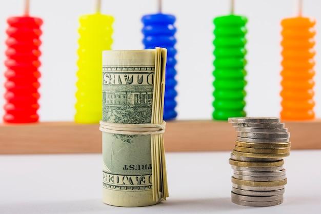 테이블에 압 연된 달러와 동전 스택