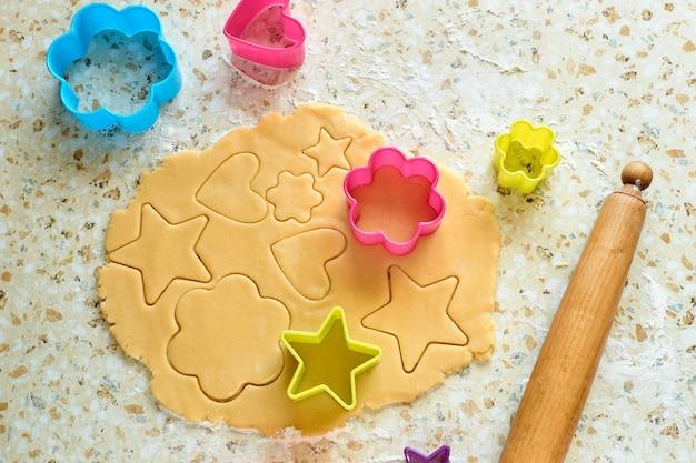カラフルなクッキーカッターで丸めた生地