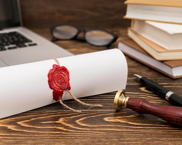 Certificato di diploma di laurea arrotolato