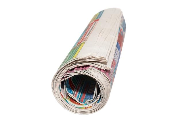 Свернутые бумажные газеты, изолированные на белом фоне