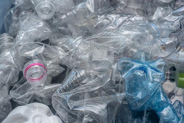 Свернутые пластиковые бутылки для вторичной переработки.