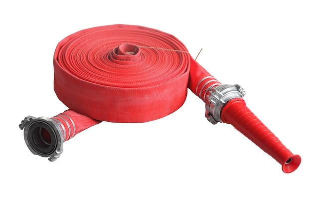 カプラーとノズルで赤い消防ホースを巻き上げ、白い背景で隔離。