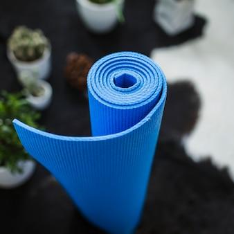 Рулонный коврик для йоги на полу
