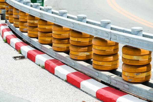 急なカーブの道路や下り坂に設置されたローラーバリアで事故防止