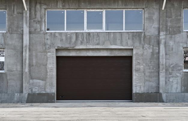 Рулонные гаражные ворота или откатные ворота, строительство или реконструкция гаража или промышленного здания