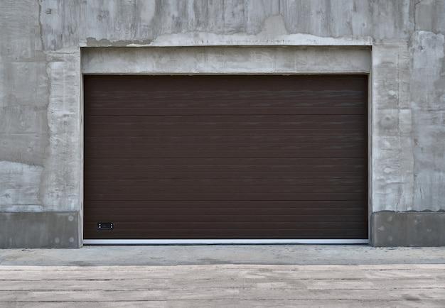 Roller garage doors or sliding gates, construction or renovation of a garage or industrial building
