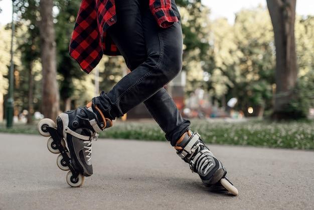 ローラースケート、公園で転がる男性スケーター。