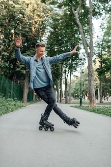 롤러 스케이트, 공원에서 한쪽 다리에 롤링 남성 십대.