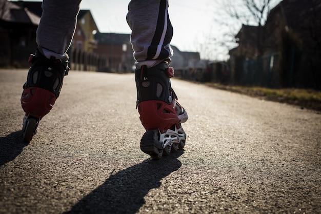 道路でローラースケート、足を閉じる
