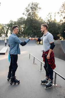 롤러 스케이트, 여름 공원에서 굴러 두 남자 스케이터.