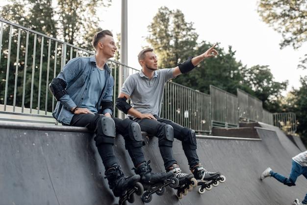 ローラースケート、スロープに座っている2人のスケーター