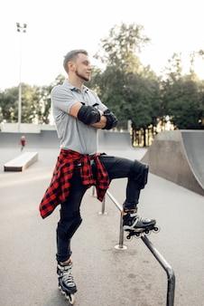 롤러 스케이트, 스케이트 공원에서 젊은 남성 스케이팅 포즈.