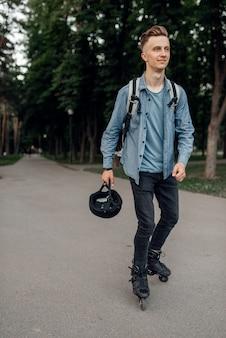 ローラースケート、サマーパークの保護具の若いスケーター。